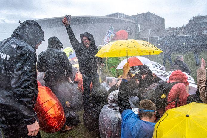 Bij de vele protesten tegen het coronabeleid krijgen de ideeën van rechtsextremistische groepen meer voet aan de grond, stelt de AIVD.