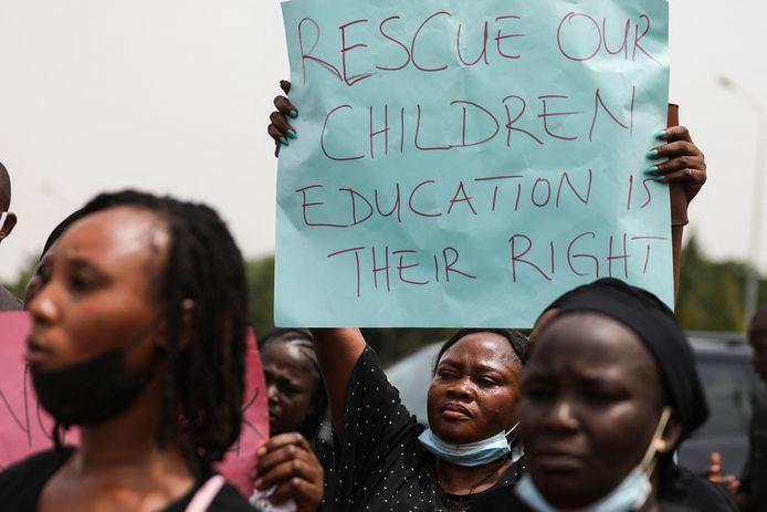 Ouders en familie van studenten van een opleiding in Kaduna, die in maart dit jaar onvoerd werden. Zij hielden borden vast tijdens een demonstratie in Abuja in mei om de vrijlating van hun familie te bepleiten.