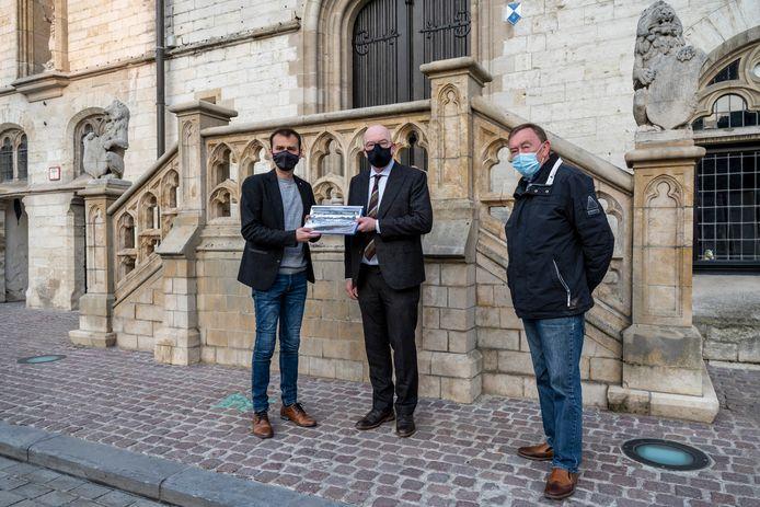 Een delegatie van voetbalclub KAVD overhandigde een petitie 'Red het Ros Beiaardstadion' met meer dan 1.600 handtekeningen aan burgemeester Piet Buyse.