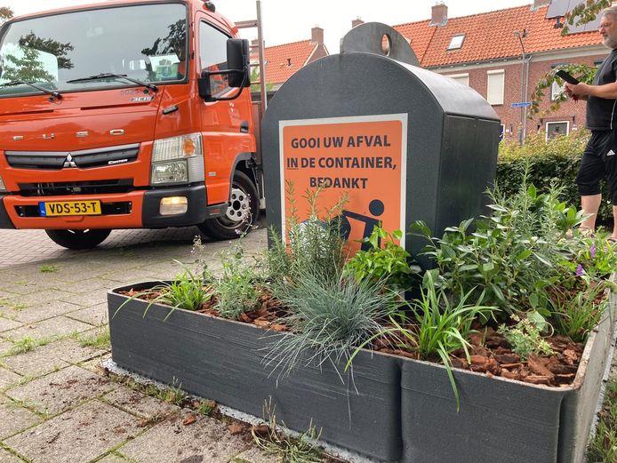 De boodschap is: afval hoort in en niet bij de container gedumpt te worden.