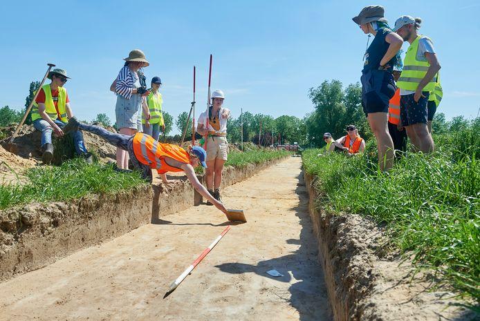 Leidse studenten doen opgravingen langs de Gewandeweg in Oss.