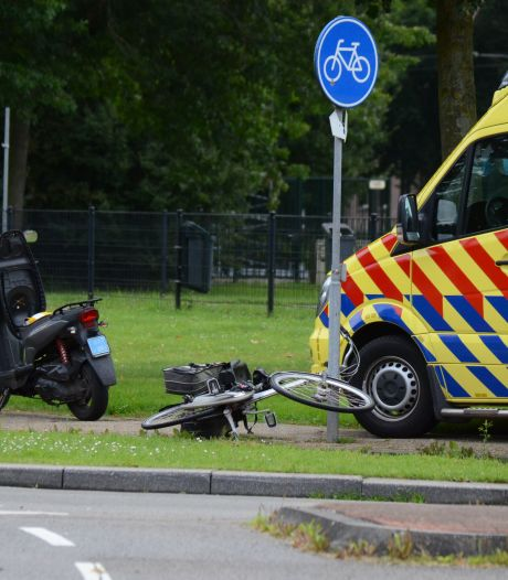 Scooterrijder naar ziekenhuis na ongeluk met fietser in Duiven