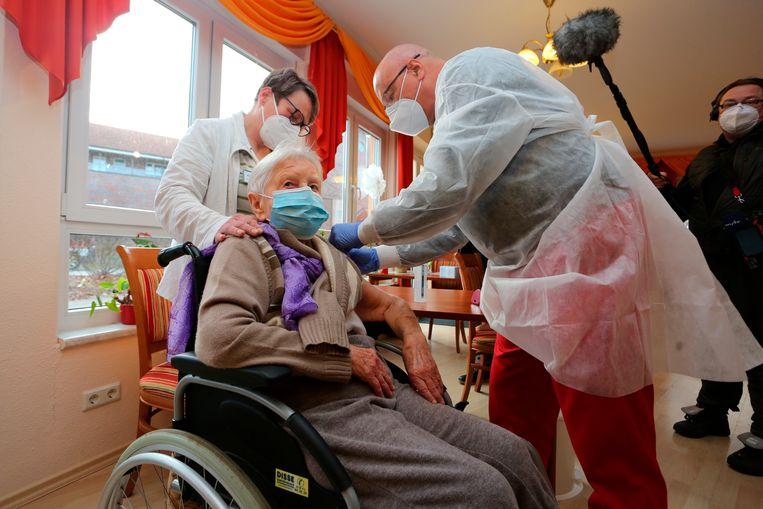 De 101 jaar oude Edith Kwoizalla uit Halberstadt kreeg zaterdag als eerste Duitser het coronavaccin toegediend. Beeld AP