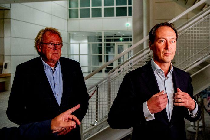 Wethouder Boudewijn Revis (R) en commissaris van de koning in Zuid-Holland Jaap Smit geven een toelichting na een spoedoverleg.