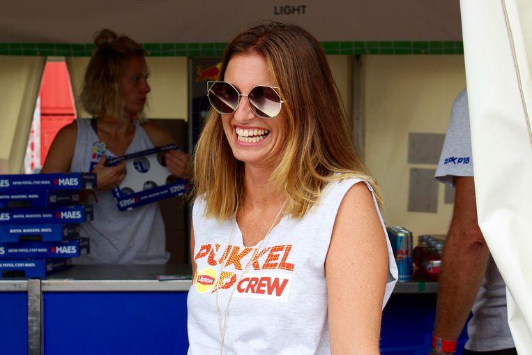 De immer vrolijke en babbelgrage bardame, Ilse (41).  Beeld Damon De Backer