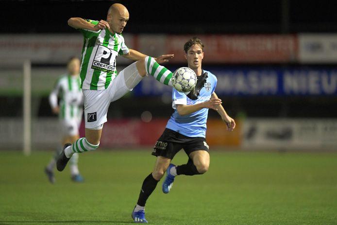 Bram Zwanen kijkt als speler van Gemert toe hoe Achilles Veen-speler Maarten Boddaert de bal aanneemt.