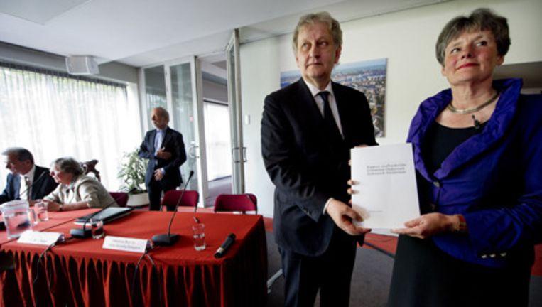 Burgemeester Eberhard van der Laan en voorzitter Louise Gunning-Schepers van de commissie-Gunning poseren vrijdag met het rapport van het onderzoek naar de grote misbruikzaak in Amsterdam. Foto ANP Beeld