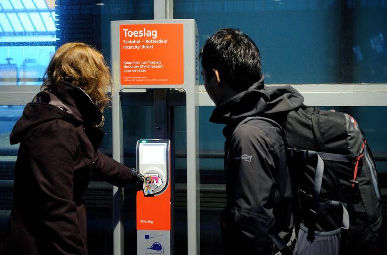 Reiziger koopt toeslagkaartje voor Intercity Direct. Beeld Hollandse Hoogte
