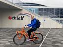 Lotte van Beek moet alles op de fiets doen nu ze geen gesponsorde auto van een commerciële ploeg rijdt.