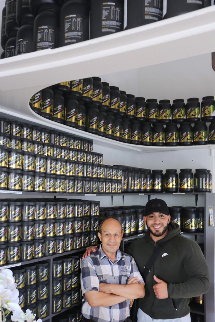 Zo vader, zo zoon. Mohamed Lemhadi & Mohammed Lemhadi in de winkel van 'Mo Bicep' met de befaamde eiwitshakes.
