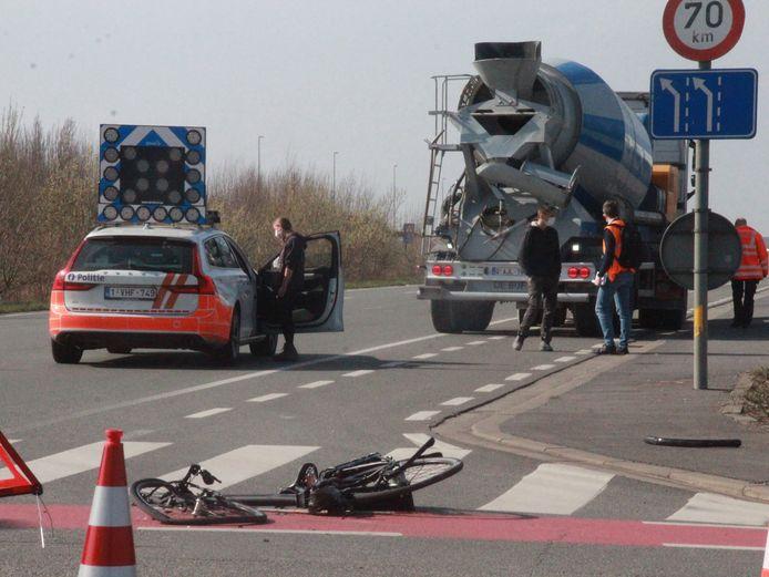Fietser gegrepen door vrachtwagen op kruispunt R8 met Heirweg