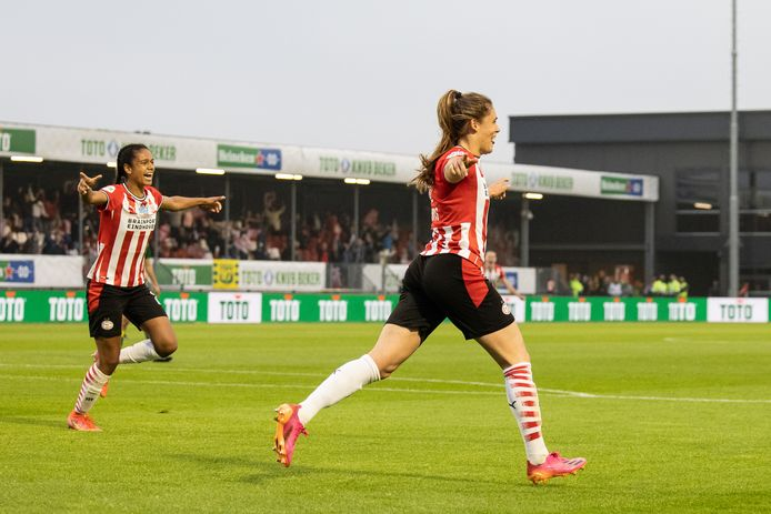 Joëlle Smits viert haar goal in de bekerfinale. Links Esmee Brugts.