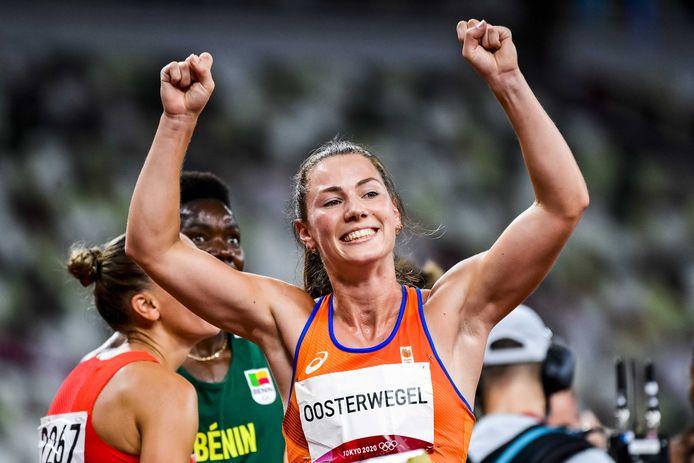 Emma Oosterwegel na de 800 meter van de Olympische zevenkamp. Ze won de bronzen medaille.