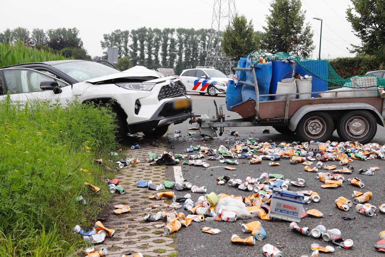 De weg ligt bezaaid met bierblikjes, doordat een losgeraakte aanhanger in Stevensbeek op een tegenligger botste.