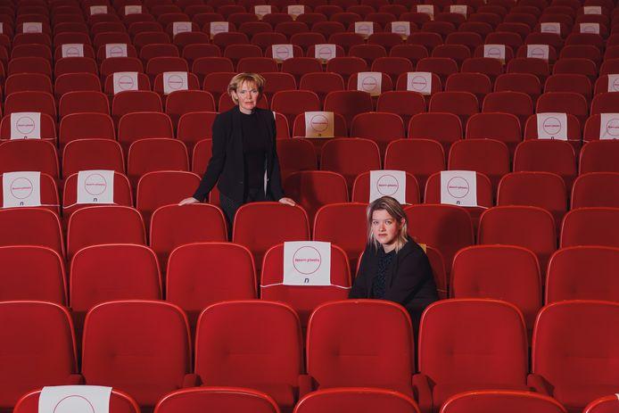 Directeur Hilda Vliegenthart (links) en adjunct-directeur Colinda Vergouwen in Nieuwe Nobelaer. 'De logistiek regelen is voor theaters geen probleem'.