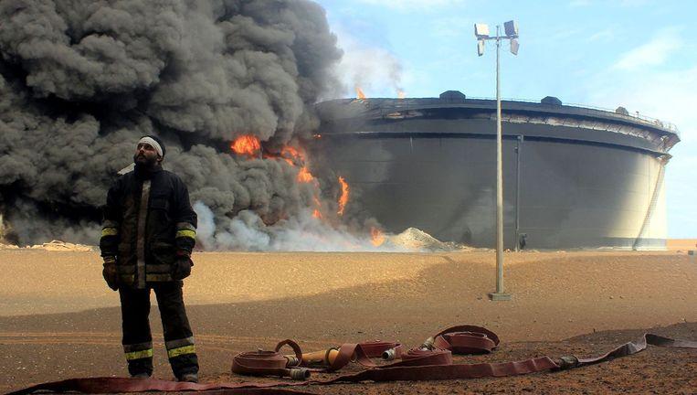 IS valt in Libië onder meer olie-opslagplaatsen aan. Beeld © AFP