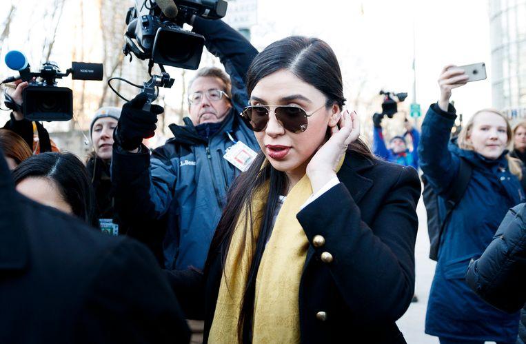 Emma Coronel Aispuro verlaat de rechtbank in New York na de eerste dag jurydeliberaties. Beeld EPA