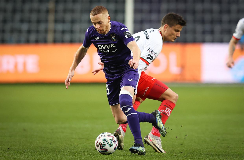 Anderlecht-middenvelder Adrien Trebel omspeelt Jelle Vossen van Zulte Waregem. Beeld BELGA