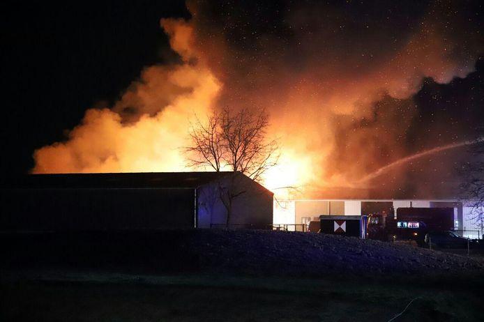 De vlammen slaan uit het dak in Beesd.