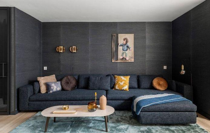 De donkere zitkamer is gebaseerd op het moodboard van Bengt. Stylist Fietje Bruijn noemt het 'Ibiza chic'.