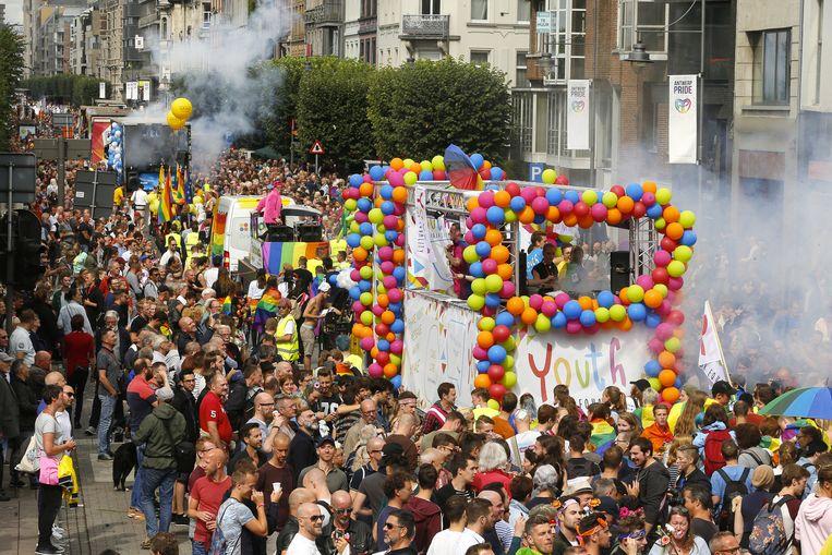 Antwerp Pride vorig jaar. De elfde editie van Antwerp Pride maakt van Antwerpen nog tot en met zondag het mekka van de holebi- en transgendercultuur. De stad wil met 'Global rainbow' extra in de verf zetten dat ze het evenement een warm hart toedraagt.