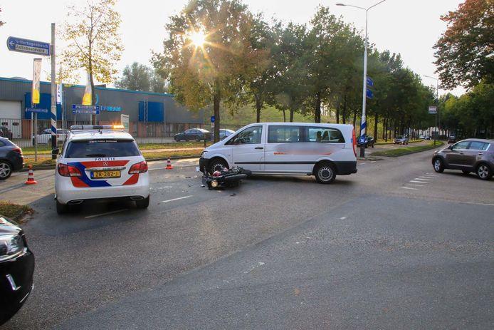 Een motorrijdster is donderdagmiddag rond 17.00 uur gewond geraakt bij een botsing met een taxibusje op de Vossenbeemd in Helmond.