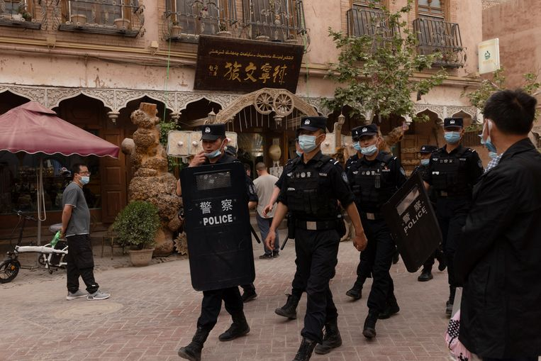 Een politiepatrouille in de stad Kashgar in Xinjiang.  Beeld REUTERS