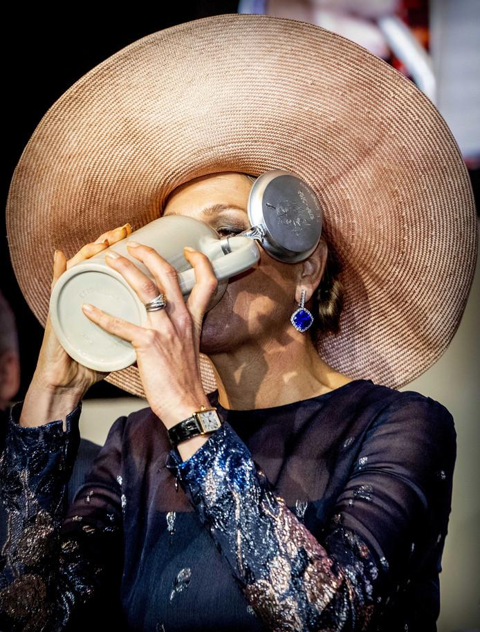 Koningin Maxima proeft een 'biertje' tijdens de viering van driehonderd jaar Bavaria.