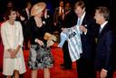 Koning Willem-Alexander, koningin Maxima, de Argentijnse president Mauricio Macri en zijn vrouw Juliana Awada wonen in de Beurs van Berlage een hockey clinic bij met jonge Argentijnse en Nederlandse hockeyspelers.