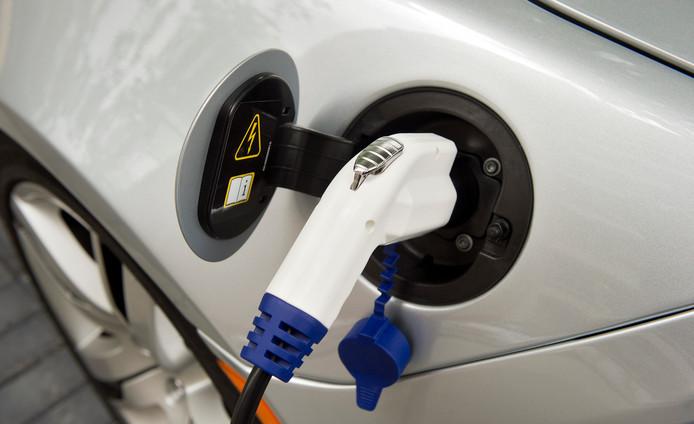 2011-08-31 12:45:33 ROTTERDAM - Een elektrische auto wordt opgeladen in het Nieuwe Rijden/ Elektrisch Vervoer Centrum in Rotterdam. In dit centrum worden bedrijven en consumenten voorgelicht over alle aspecten van elektrisch vervoer. ANP MARCO DE SWART