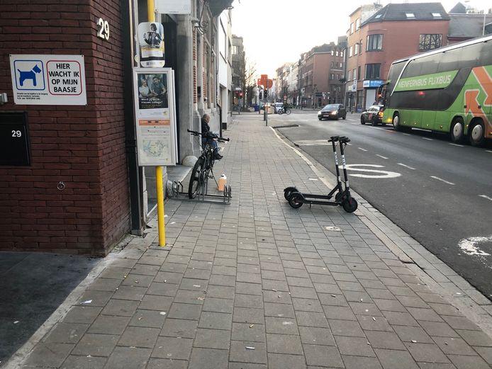 Wie geregeld in de stad vertoeft, weet dat nogal wat gebruikers hun step midden op het voetpad durven achtergelaten.