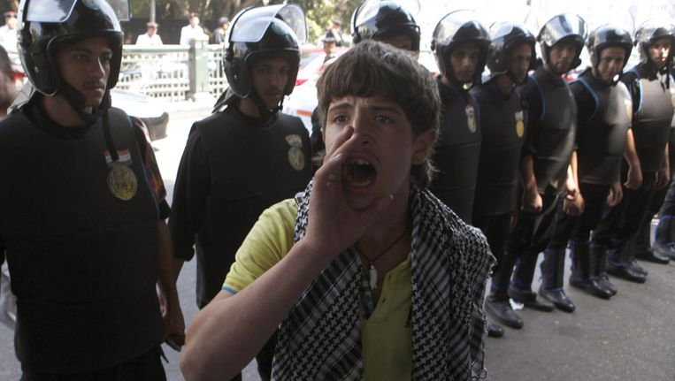 Een Syrische demonstrant scandeert anti-Assad leuzen. Beeld reuters