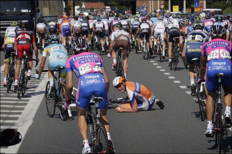Theo Bos smakte tegen het asfalt Beeld PHOTO_NEWS