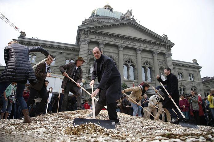 Om hun actie kracht bij te zetten, stortten de indieners van het voorstel 8 miljoen muntjes van 5 cent op het Federale Plein voor het Zwitserse parlementsgebouw in Bern.