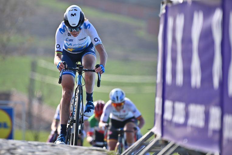 Annemiek van Vleuten (Movistar) rijdt weg op de Paterberg in de Ronde van Vlaanderen. Beeld BELGA