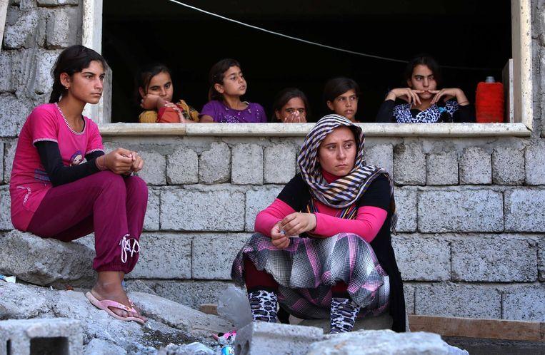 Yezidi-vrouwen die op de vlucht zijn geslagen in een school in Iraaks Koerdistan. Beeld afp