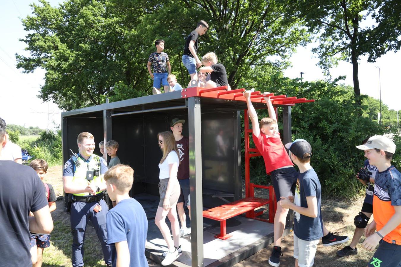 De jeugd neemt een van de nieuwe mobiele hangplekken in Brandevoort meteen in bezit.
