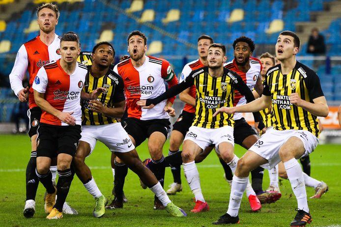 Op 20 december verloor Feyenoord de uitwedstrijd tegen Vitesse met 1-0. Op de foto zijn (vanaf links) Nicolai Jørgensen, Bryan Linssen, Loïs Openda, Eric Botteghin, Uros Spajic, Matús Bero, Leroy Fer en Jacob Rasmussen in afwachting van de bal.