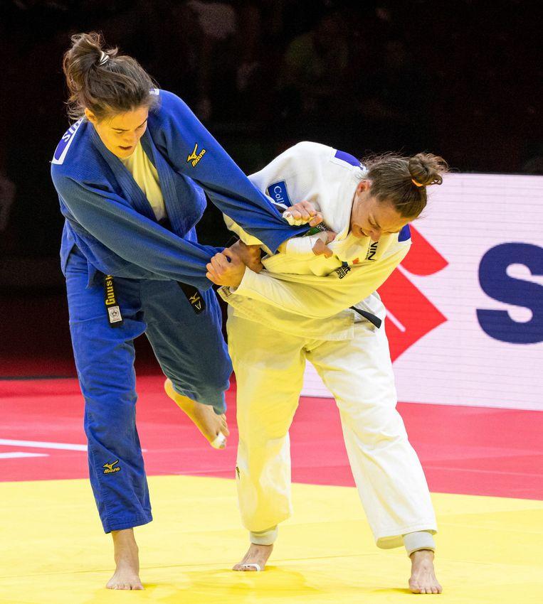 Marhinde Verkerk (in het wit) judoot de laatste partij uit haar carrière Beeld AP