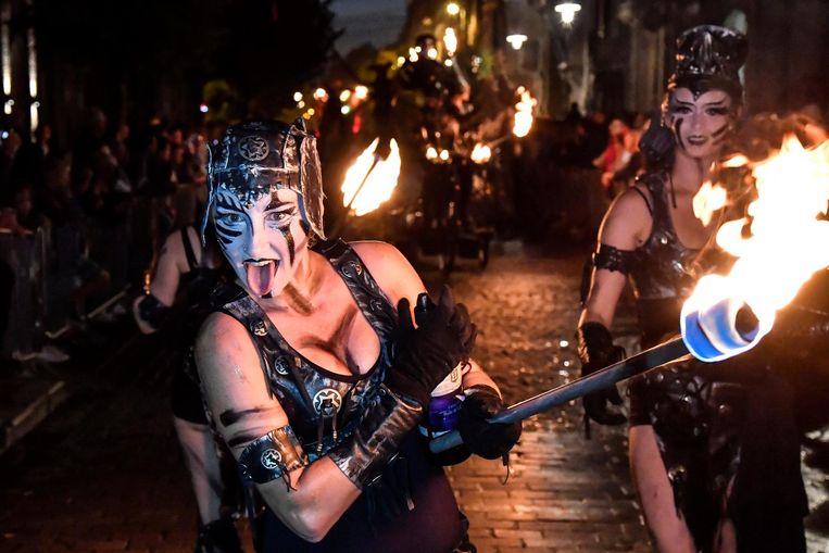 Het thema water en vuur zorgde voor betoverende taferelen. Deze demonische vrouwen trokken met fakkels door de straten.