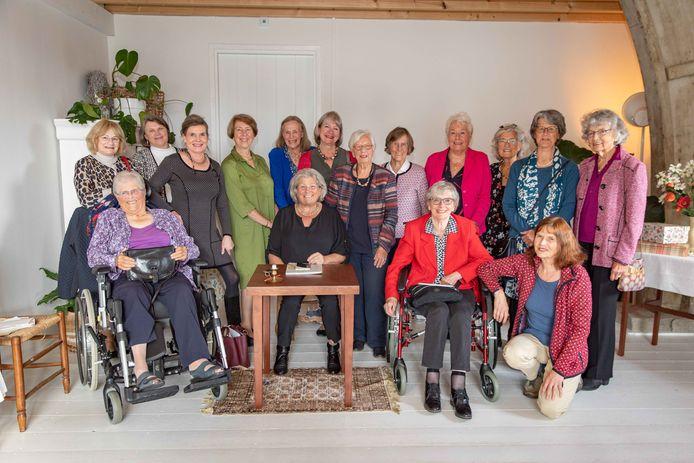 Dames Leesgezelschap vierde gisteren het jubileumfeest en en het einde van de vereniging. Zittend aan het tafeltje penningmeester Elly van der Sanden en rechts naast haar voorzitter Mady Lengkeek.