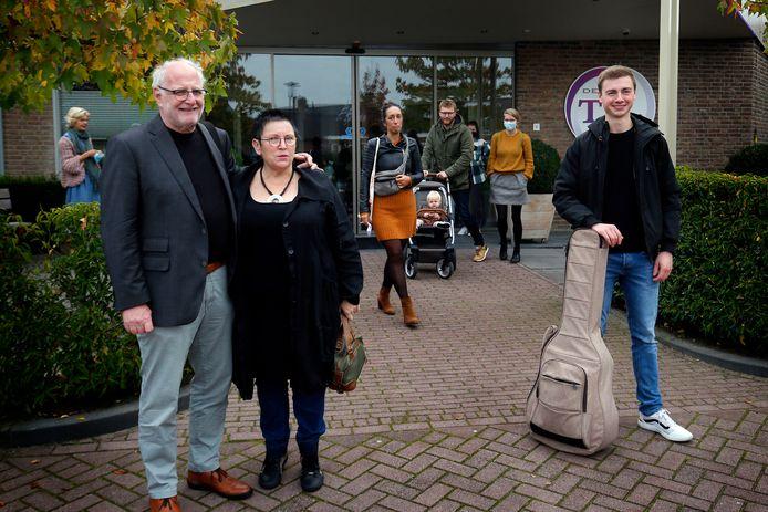 Voorgangersechtpaar Arie en Ans van Oudheusden en gitarist Maarten van Kuilenburg voor de Til in Giessenburg.