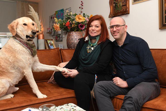 Anne van Dijk, thuis op de bank met haar man Stijn en Tieske.