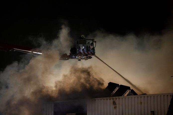 Met een hoogwerker kon de brandweer het vuur van bovenaf bestrijden.