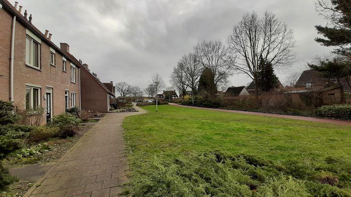 De groenstrook aan de Dravik in Malden, gezien richting het Lierdal. Hierlangs loop straks ondergroend de 'blauwe ader' die regenwater uit de wijk afvoert.