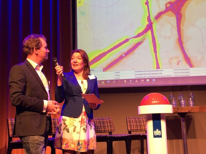 Met een druk op de knop stelde gedeputeerde Van den Hout de kaarten beschikbaar.