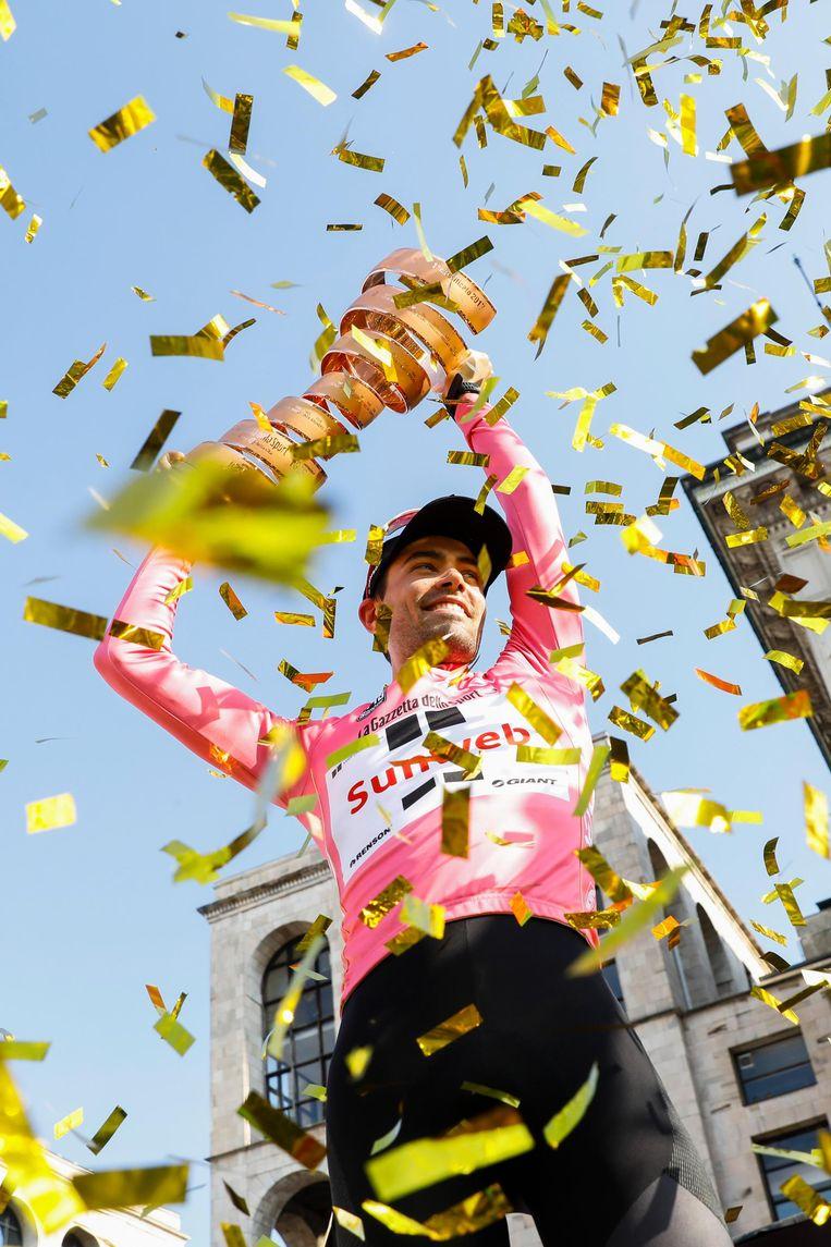 Tom Dumoulin met trofee na het winnen van de Ronde van Italië in 2017. Beeld anp