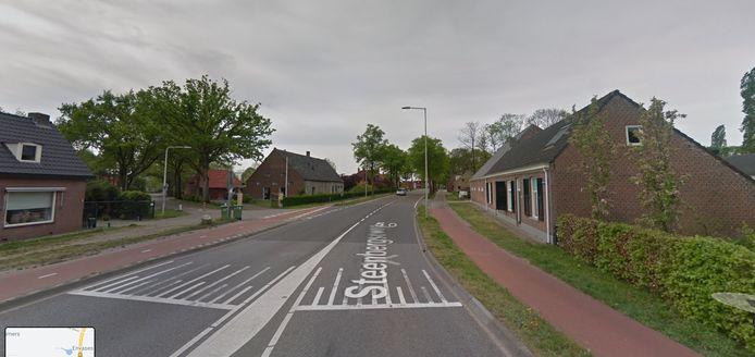 Steenbergseweg ter hoogte van de oversteek met de Schansbaan. Rechts de boerderij van Kees van Tiggelen.