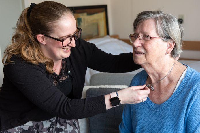 Kleindochter Michelle mag haar oma Rosa weer aanraken en knuffelen in woonzorgcomplex Molenschot in Soest.