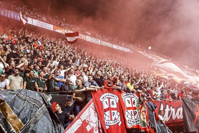 Supporters van FC Twente ontsteken voor het duel tegen Ajax fakkels.